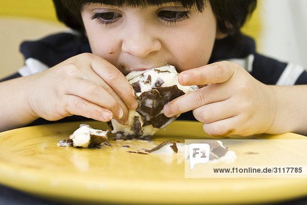 Kleiner Junge isst schmutzige Eiscreme-Bar Kleiner Junge isst schmutzige Eiscreme-Bar
