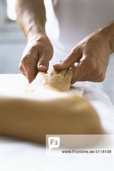 Therapeutin  die die Hand des Patienten behandelt  abgeschnitten