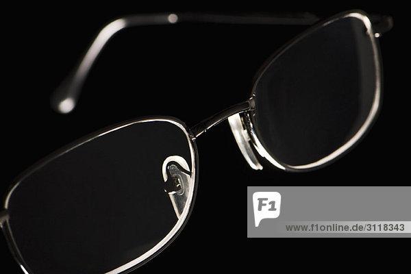 Brille auf schwarzem Hintergrund