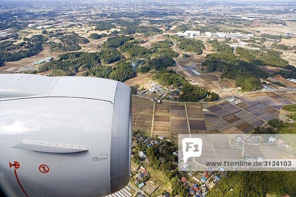 Flughafen Tokio-Narita  Flugzeugtriebwerk im Vordergrund  Japan  Luftbild