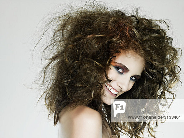 Junge Frau mit lockigem Haar