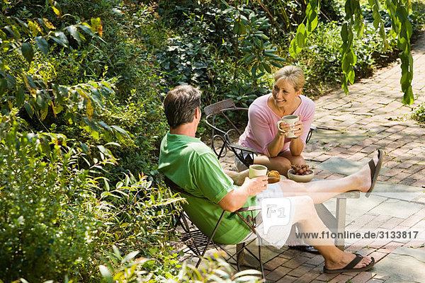 Paar bei einem Drink im Garten