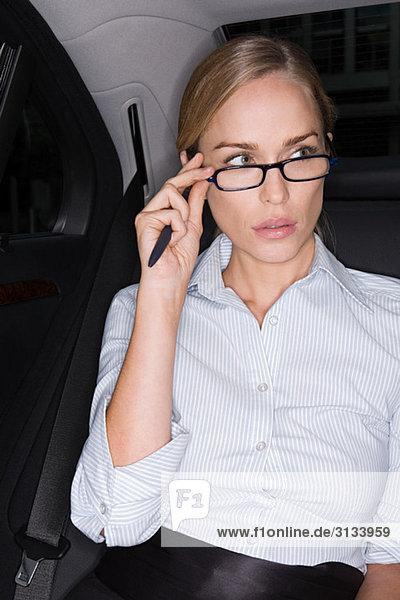 Geschäftsfrau stellt ihre Brille ein