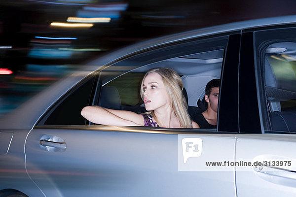 Paar  das in einem rasenden Auto fährt
