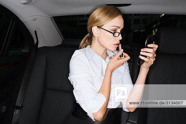 Geschäftsfrau mit Lippenstift