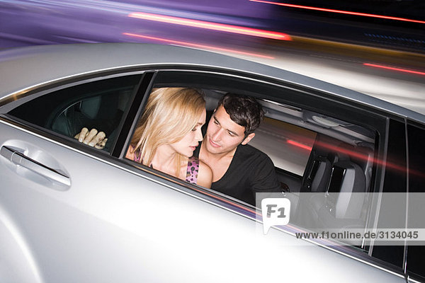 Junges Paar im rasenden Auto