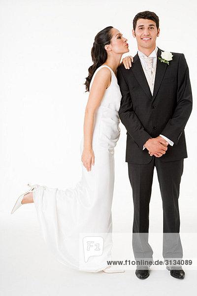 Braut küsst den Bräutigam