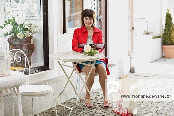 Frau in einem Straßencafé