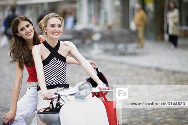 Freundinnen auf einem Motorroller