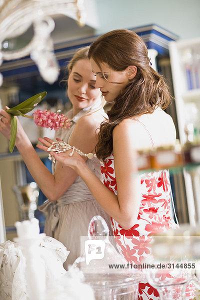 Mädchen beim Einkaufen