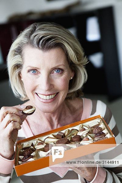 Seniorin beim Schokoladenessen Seniorin beim Schokoladenessen