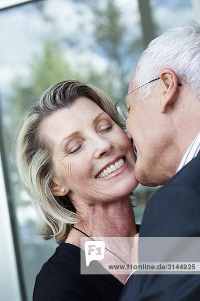 Seniorenpaar beim Küssen