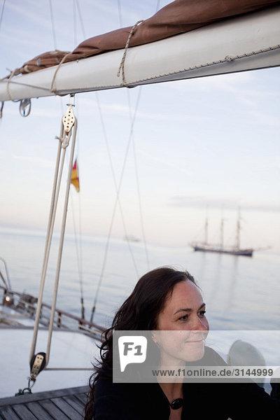 Frau auf einem Boot lächelnd