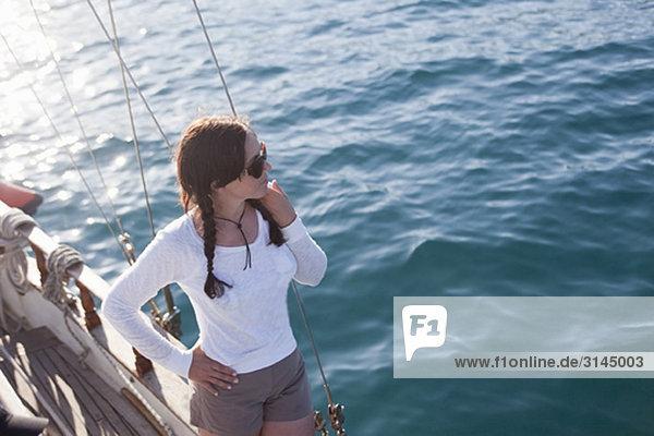 Frau an der Reling eines Schiffes