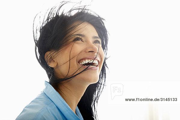 Frau mit Wind im Haar  lächelnd