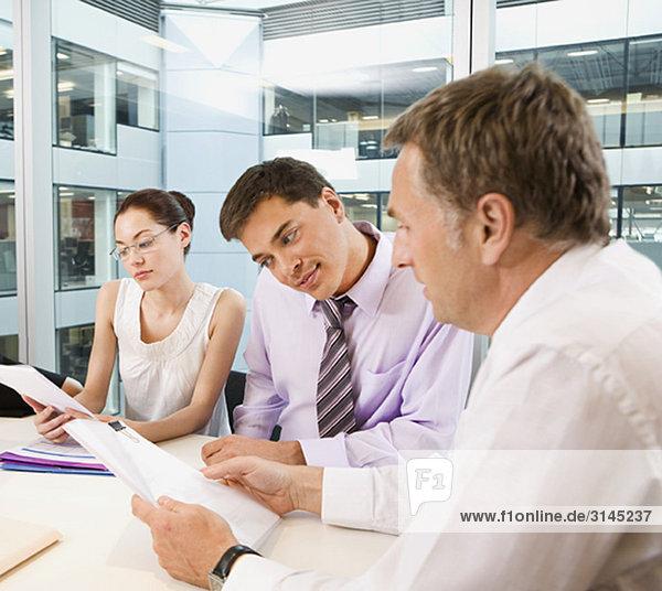 Eine Unternehmensgruppe in einer Besprechung