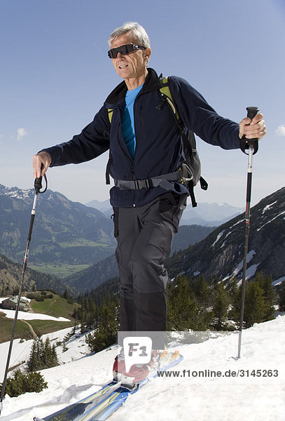 Senior auf Skitour in den Bergen