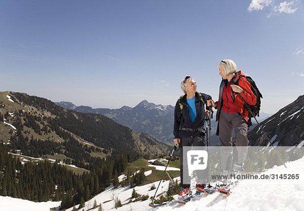 Pärchen im Gespräch auf Skitour in den Bergen