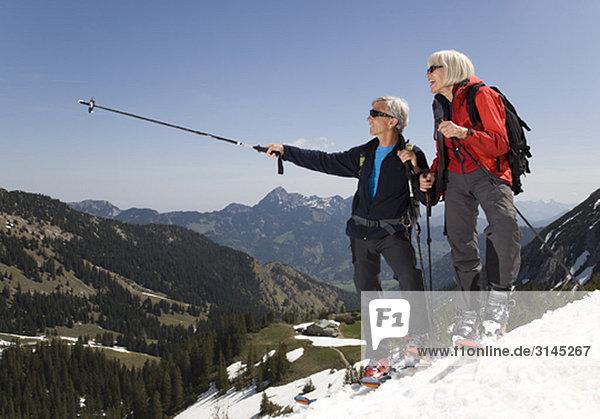 Seniorenpaar auf Skitour in den Bergen