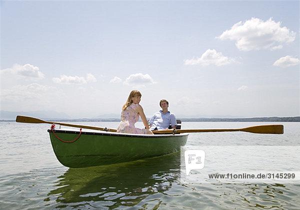 Frau und Mann Ruderboot auf dem See