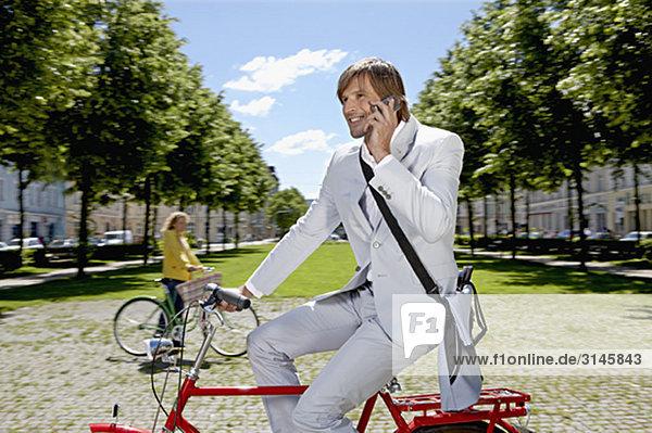 Mann fährt Rad  telefoniert