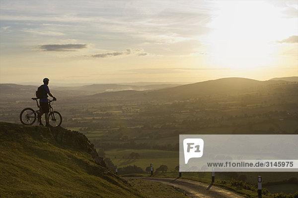 Mountainbiker mit Blick auf den Sonnenuntergang.