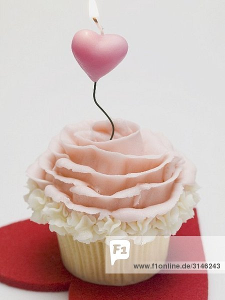 Cupcake mit Marzipanrose und Kerze