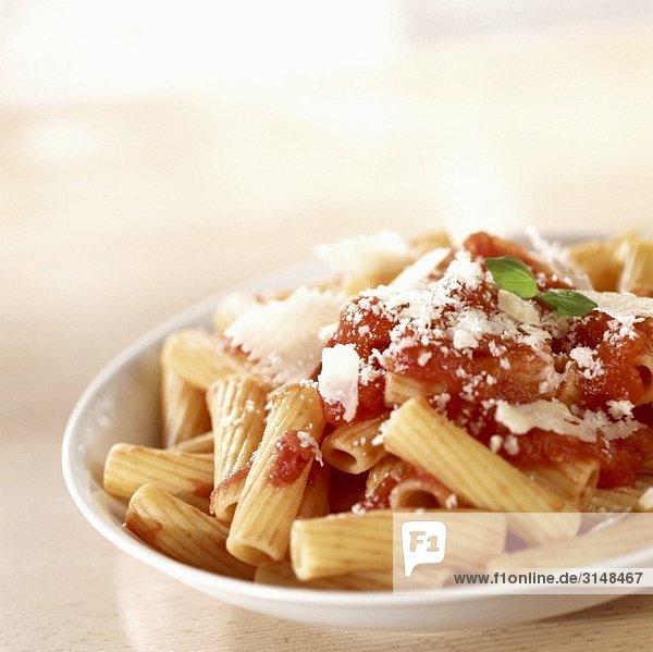 Rigatoni mit Tomatensauce und Parmigiano