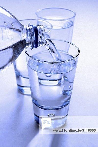 Mineralwasser eingießen