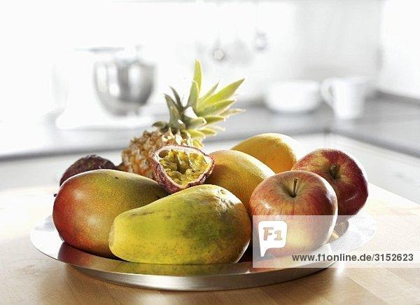 Obstschale (Apfel  Ananas  Papaya  Mango  Passionsfrucht)