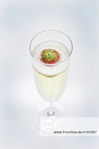 Ein Glas Sekt mit Erdbeere