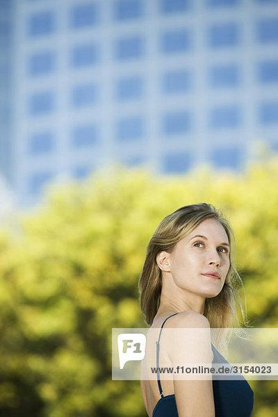 Frau im Freien  traumhaft nachschlagen  portrait