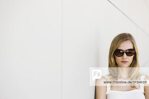Frau mit Sonnenbrille und Tank-Top  portrait
