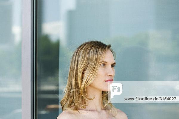 Frau wegsehen im denken  Portrait