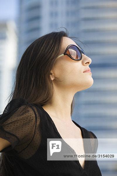 Frau mit Sonnenbrille  Nachschlagen  portrait