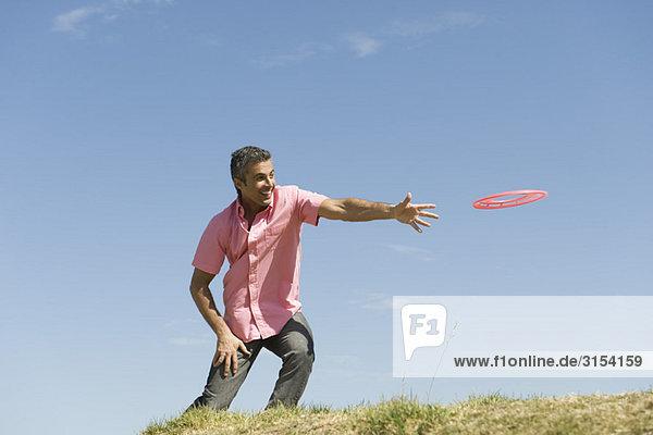 Mann werfen fliegende disc