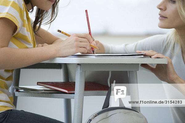 Lehrer assistierender Student  beschnitten