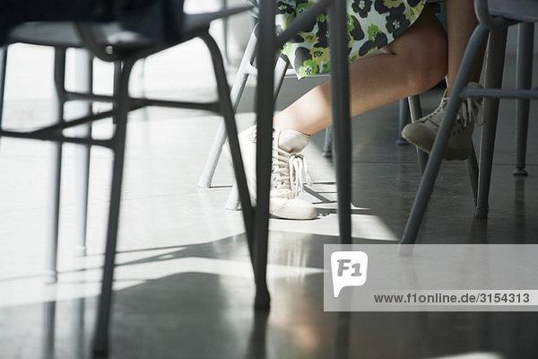 Teenager-Mädchen überquert Beine  niedrige Sektion