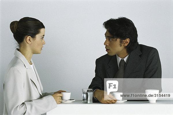 Männliche und weibliche Kollegen bei gemeinsamer Kaffeepause