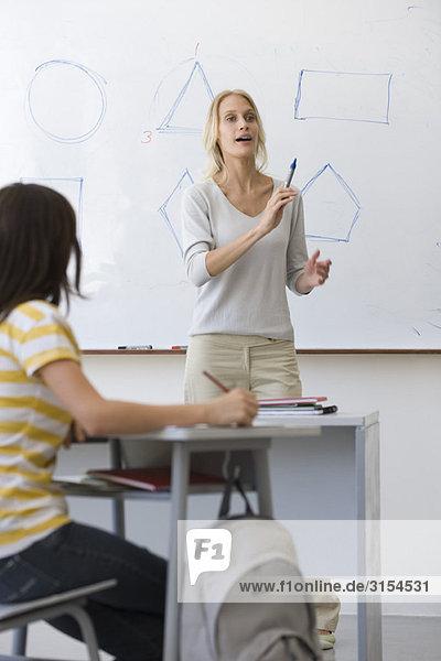 Lehrer im Geometrieunterricht