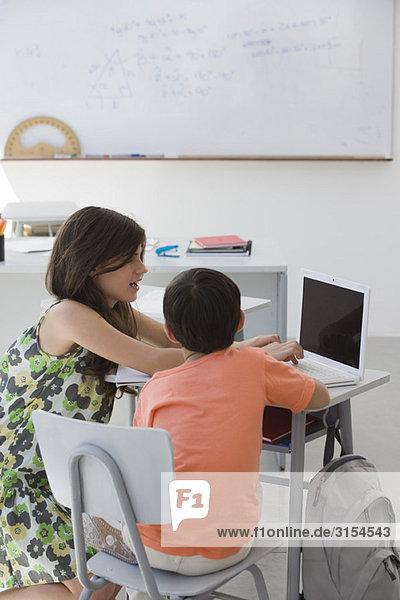 Tutorin bei der Arbeit mit Grundschülern