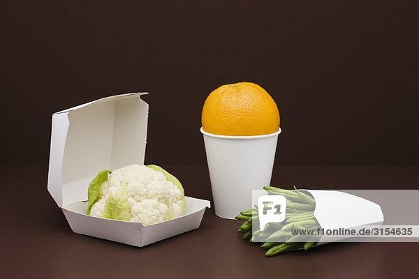 Food-Konzept  frische Lebensmittel in Fast-Food-Behältern