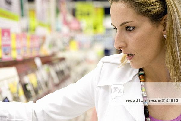 Frau einkaufen  Nahaufnahme