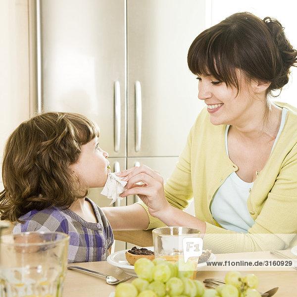 Tochter essen essend isst Mutter - Mensch Frühstück