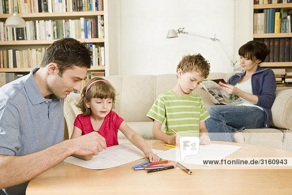 spielen mit Kindern und entspannenden Mutter Vater