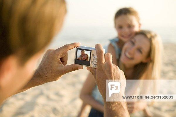 Eine Familie  wobei ein Bild am Strand