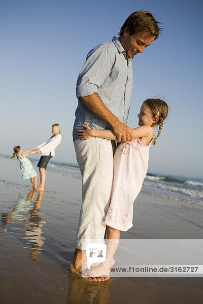 Eine Familie spielen am Strand