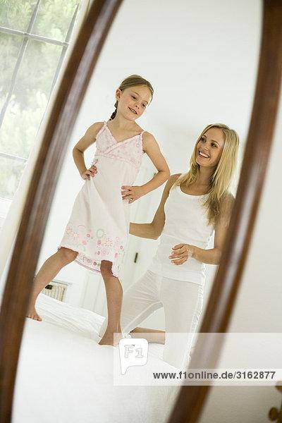 Eine Mutter und Tochter an einem Spiegel