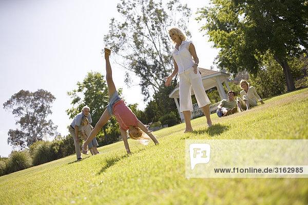 Großeltern und Familie in einem park
