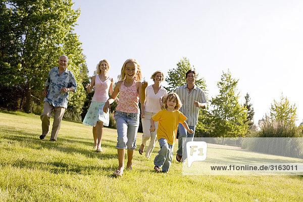 Großeltern und Familie in einem Park ausgeführt